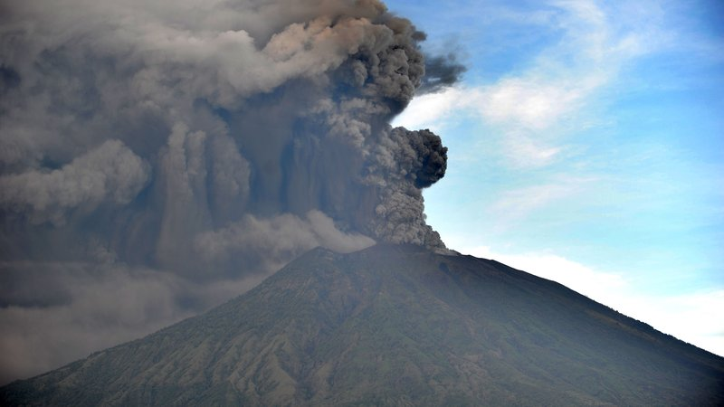 Indonesia raises Bali volcano alert to highest level, airport shut !